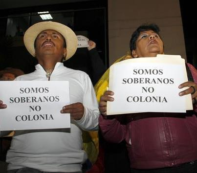 Ecuadoreans protest outside the UK Embassy in Quito. (Photo: Peter Boyle)