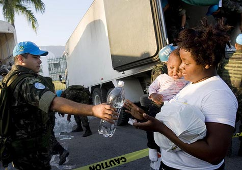 Brazilian peacekeepers from the United Nations Stabilization Mission in Haiti (MINUSTAH) distribute water and food in Port-au-Prince, Haiti. 22/Jan/2010. Port-au-Prince, Haiti. UN Photo/Marco Dormino/Flickr
