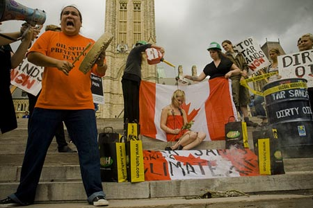The tar sands action during the visit of U.S. House Speaker Nancy Pelosi on Parliament Hill, Ottawa, on Sept. 9. Photo: Ben Powless